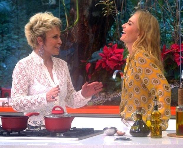 12.dez.2013 - Ana Maria diz para Angélica que namorado a incentiva a jogar golfe