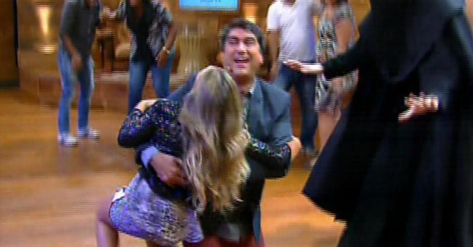 12.dez.2013 - Fernanda Souza e Zeca Camargo caem ao dançar no palco do