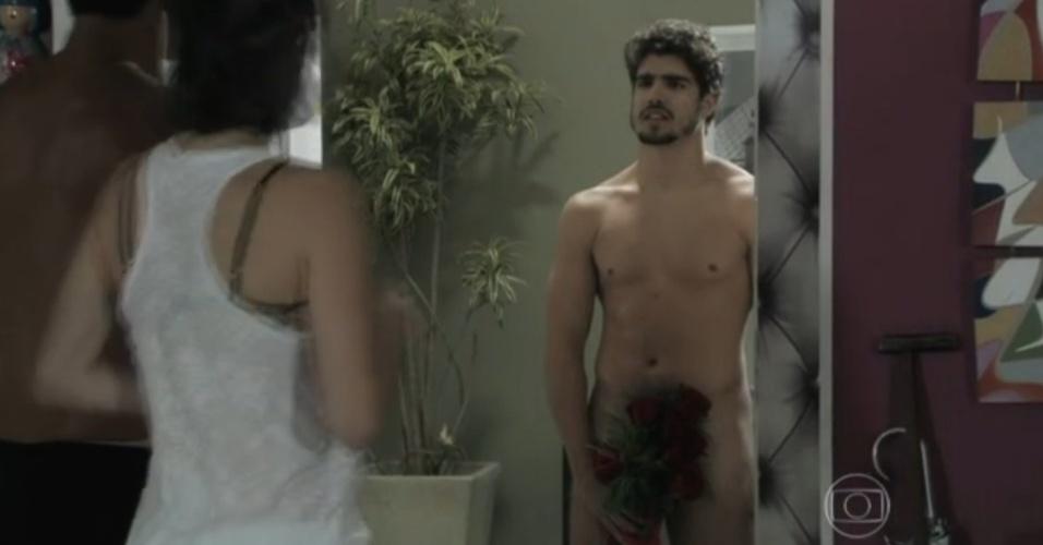 Caio Castro tira a roupa em cena de Amor à Vida