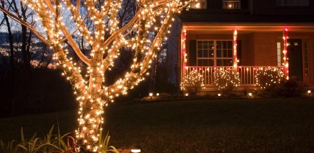 Luzinhas de Natal: enrole-as nos troncos das árvores e em arbustos, contorne por cima da vegetação - Getty Images