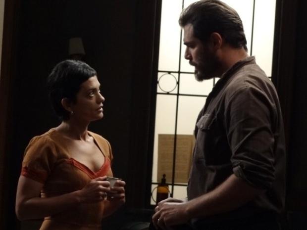 """Em """"Joia Rara"""", Gaia pede que Toni a ajude a achar o filho deles"""