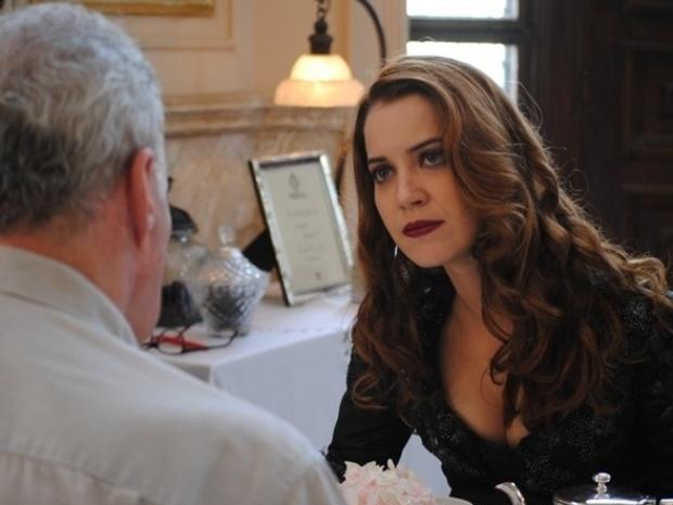 """Em """"Joia Rara"""", Sílvia pede ajuda a ex-funcionário da mansão, mas ele foge"""
