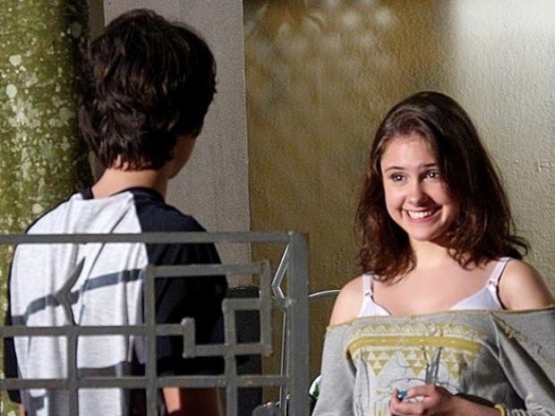 """Em """"Malhação"""", Clara aceita namorar Vitor"""