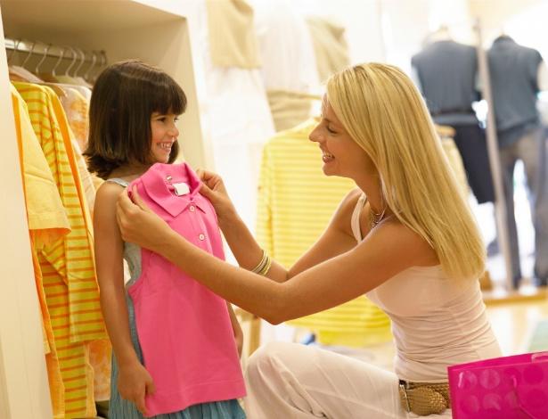 Comprar apenas o necessário é o primeiro passo para quem quer economizar com as roupas da criançada - Getty Images