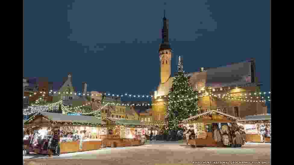 Temas festivos também inspiraram Risto Hunt, que registrou este mercado iluminado para o Natal em Tallinn, na Estônia - Risto Hunt/National Geographic