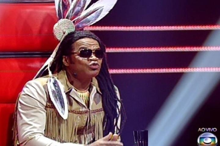 """12.dez.2013 - Carlinhos Brown usou uma espécie de cocar na cabeça durante o """"The Voice Brasil"""""""