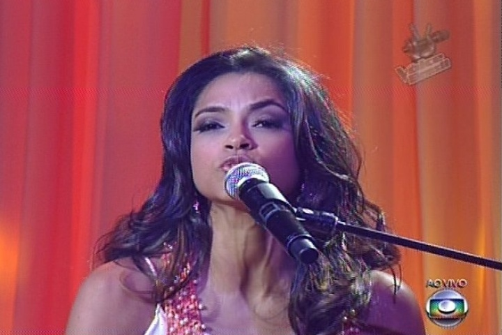 "12.dez.2013 - Do time de Carlinhos Brown, Lucy Alves cantou ""Disparada"", de Geraldo Vandré, e continua na disputa"