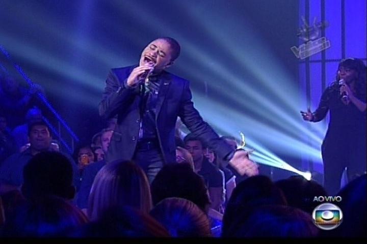 """12.dez.2013 - Pedro Lima cantou """"Se Eu Não Te Amasse Tanto Assim"""", sucesso na voz de Ivete Sangalo, e permanece na disputa"""