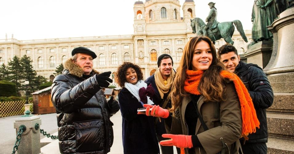 """A equipe de """"Em Família"""", de Manoel Carlos, gravou na Áustria cenas da trama. O diretor Jayme Monjardim conversa com os atores Erika Januza, Bruna Marquezine, Bruno Gissoni e Sacha Bali"""