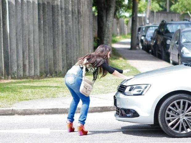 """Em """"Amor à Vida"""", Valdirene corre atrás de Boninho e se joga em carro"""