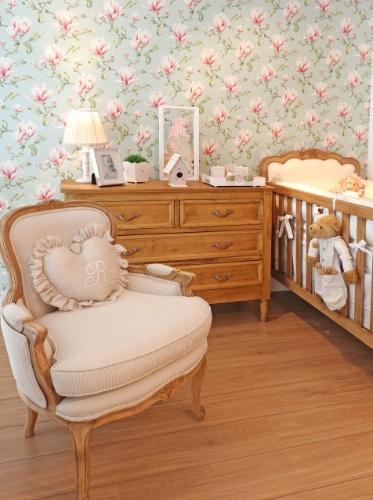 O destaque desse quarto de bebê da Celina Dias (www.celinadias.com.br/bebe) é o contraste entre os móveis em madeira natural e o papel de parede floral