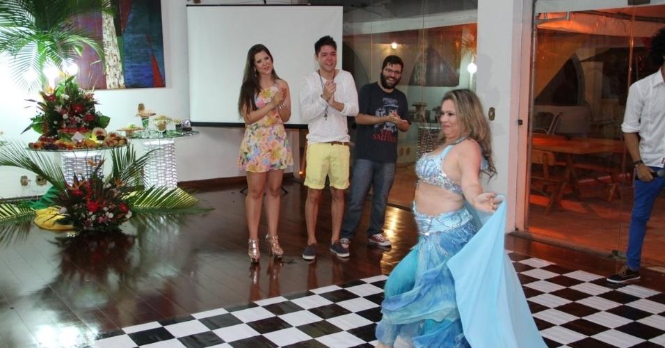 13.dez.2013 - A mãe de Nasser, Êrica Bernardes, que prefere ser chamada de Laila, recepcionou os convidados com dança do ventre.