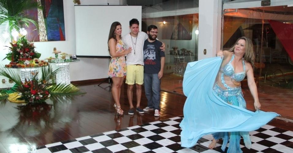 13.dez.2013 - A mãe de Nasser, Êrica Bernardes, que prefere ser chamada de Laila, recepcionou os convidados com dança do ventre