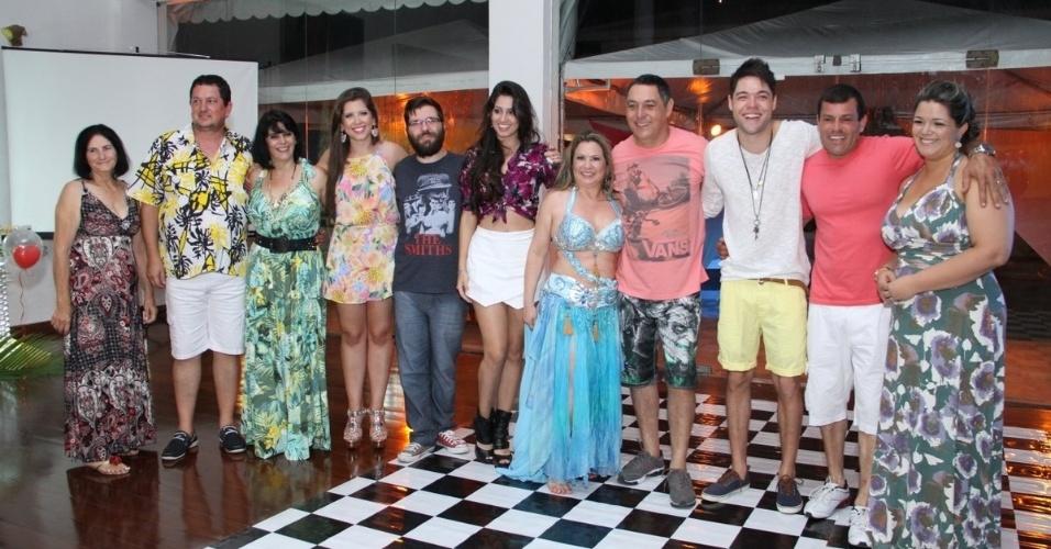 13.dez.2013 - Amigos e familiares prestigiaram a festa que os fãs organizaram para Andressa e Nasser