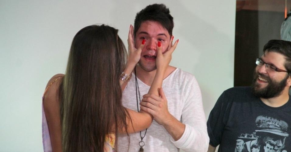 13.dez.2013 - Andressa enxuga as lágrimas de Nasser, que está muito emocionado