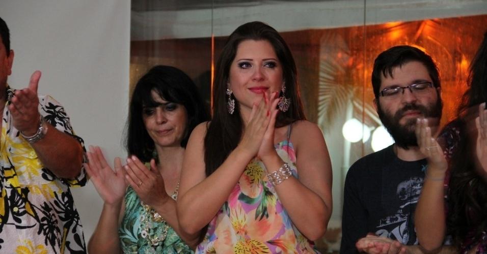 13.dez.2013 - Andressa se emociona com a festa que ganhou de fãs