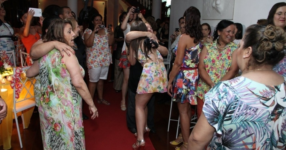 13.dez.2013 - Cerca de 100 pessoas, entre amigos e familiares, prestigiam a festa que os fãs organizaram para os ex-BBBs Nasser Rodrigues e Andressa Ganacin, que agradeceram os fãs