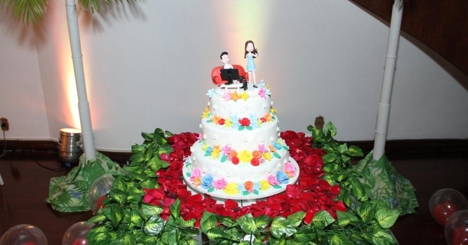13.dez.2013 - Detalhe para o bolo da festa. Nasser Rodrigues e Andressa Ganacin são surpreendidos com grande festa organizada pelas fãs do casal