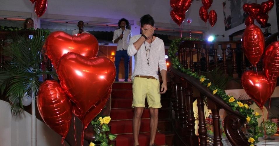13.dez.2013 - Nasser chora com as homenagens