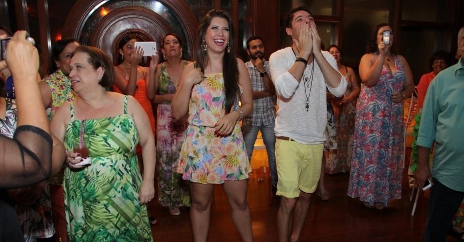 13.dez.2013 - Nasser Rodrigues e Andressa Ganacin ficam emocionados com grande festa organizada pelas fãs do casal, no Rio de Janeiro.