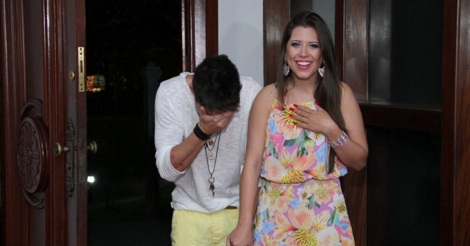 13.dez.2013 - Nasser Rodrigues e Andressa Ganacin são surpreendidos com grande festa organizada pelas fãs do casal, no Rio de Janeiro