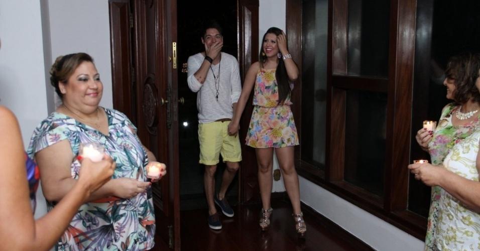 13.dez.2013 - Nasser Rodrigues e Andressa Ganacin são surpreendidos com grande festa organizada pelas fãs do casal, no Rio de Janeiro. Em entrevista ao UOL, as meninas contaram que investiram R$ 60 mil no evento