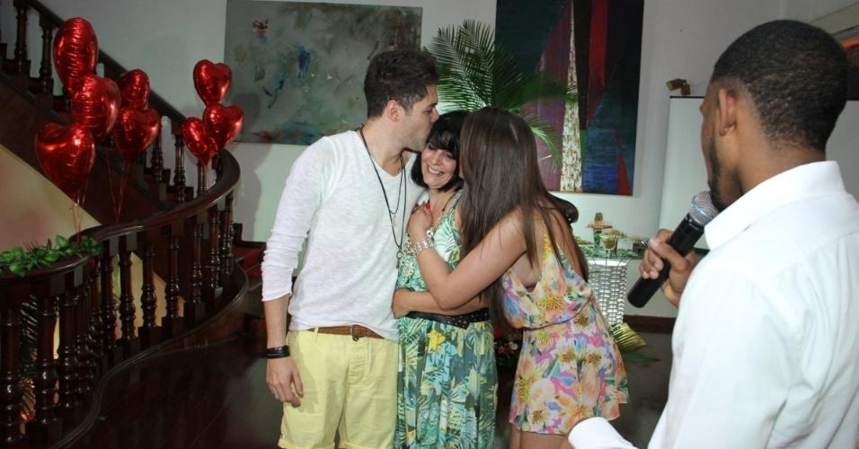 13.dez.2013 - O casal beija a mãe de Andressa durante a festa