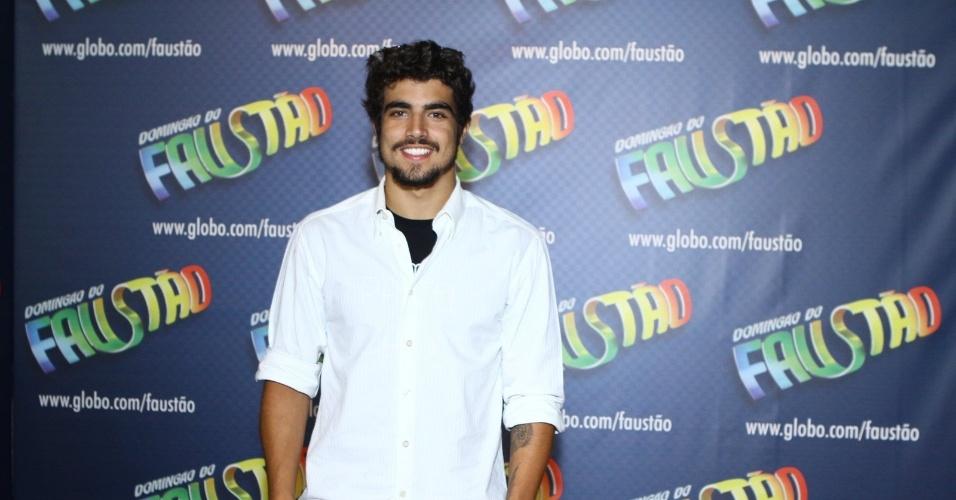 """14.dez.2013 - Caio Castro, o Michel de """"Amor à Vida"""", vai à gravação do especial de fim de ano do """"Domingão"""""""