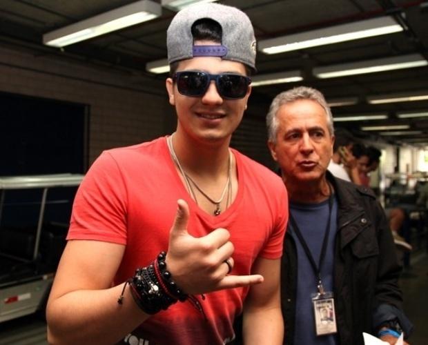 """14.dez.2013 - De boné e óculos, Luan Santana chega ao Projac para gravar o especial de fim de ano do """"Domingão"""""""