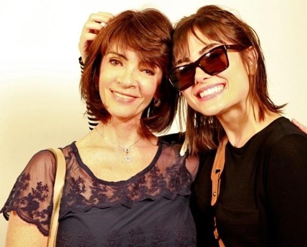 """14.dez.2013 - Maria Casadevall posa ao lado da mãe, Teresa, nos bastidores do especial do """"Domingão"""""""