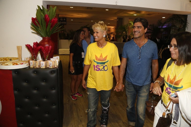 14.dez.2013 - Xuxa e o namorado, Junno Andrade, chegam à gravação do DVD em comemoração aos 20 anos de carreira de Ivete Sangalo na Arena Fonte Nova, em Salvador