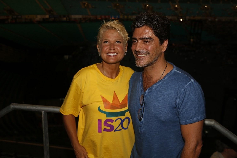 14.dez.2013 - Xuxa e o namorado, Junno Andrade, posam nos bastidores da gravação do DVD em comemoração aos 20 anos de carreira de Ivete Sangalo na Arena Fonte Nova, em Salvador