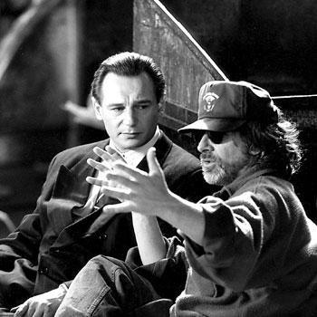 """A ROTAÇÃO DE DIRETORES - Depois de adquirir os direitos do romance, Spielberg relutou por cerca de uma década até filmar """"A Lista de Schindler"""" por não se considerar maduro o bastante. Diversos diretores foram cotados ou recusaram a direção, como Roman Polanski - um sobrevivente de Cracóvia - Sydney Pollack e Martin Scorsese. Spielberg recusou seu cachê quando finalmente aceitou o longa, dizendo que o dinheiro estaria """"sujo de sangue"""""""