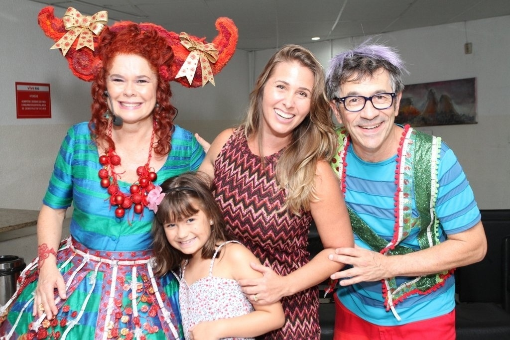 15.dez.2013 - A ex-paquita Andréia Sorvetão posa com filha caçula, Maria Eduarda, ao lado de Paulo Tatit e Sandra Peres, cantores do Palavra Cantada, nos bastidores do show do grupo infantil no Rio