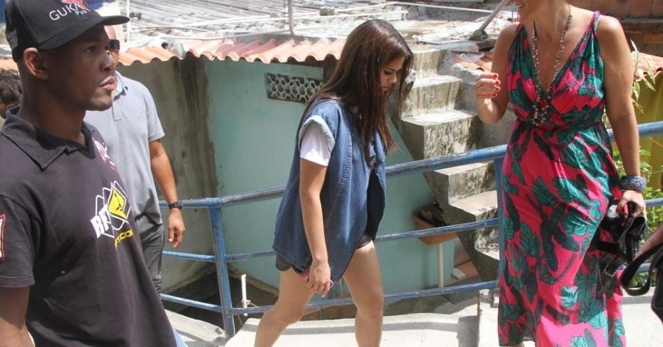 15.dez.2013 - Bruna Marquezine é fotografada por paparazzi durante gravação de comercial para uma marca de refrigerante no Vidigal, na zona sul do Rio