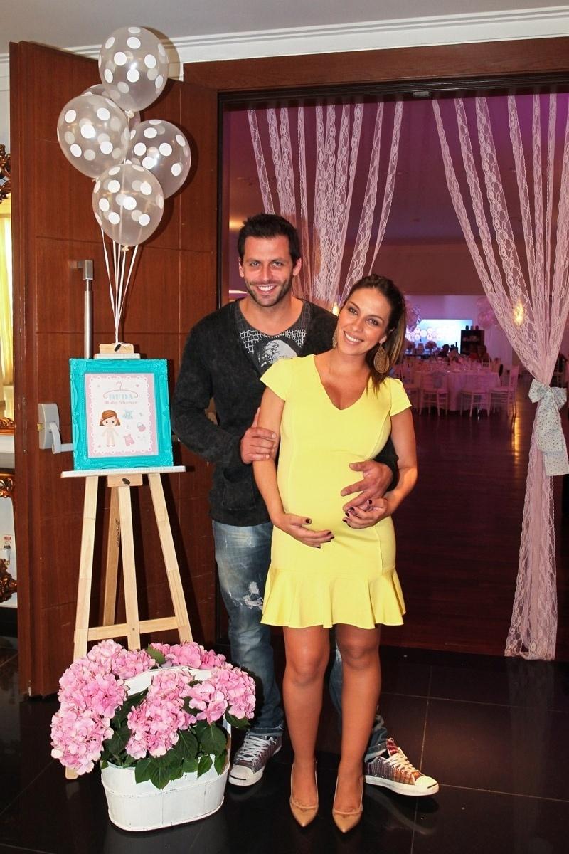 15.dez.2013 - O ator Henri Castelli e sua namorada, a assessora de imprensa Juliana Despirito, grávida de oito meses, fazem chá de bebê da filha, Maria Eduarda, em São Paulo