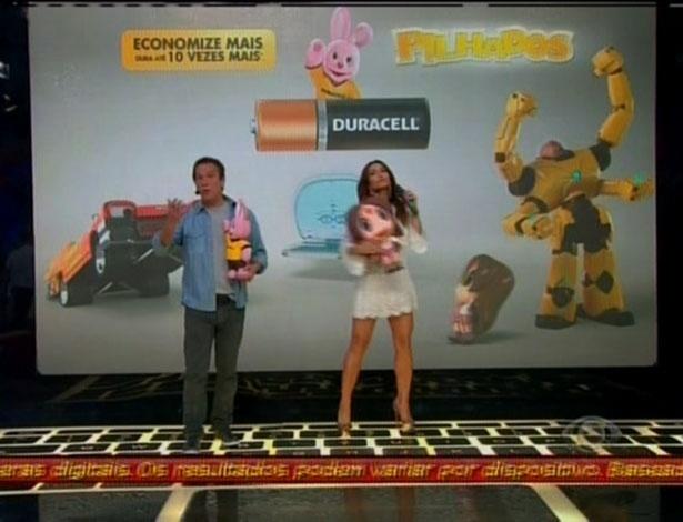 Às 21h21, Sabrina e Emílio apresentaram uma ação de merchandising de uma marca de pilhas