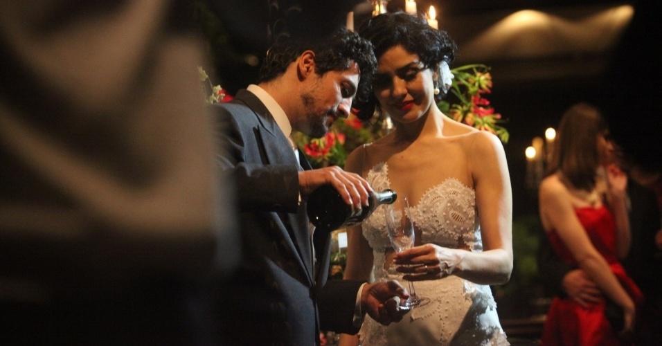 16.dez.2013 - Letícia Sabatella e Fernando Alves se casam em cerimônia em São Paulo