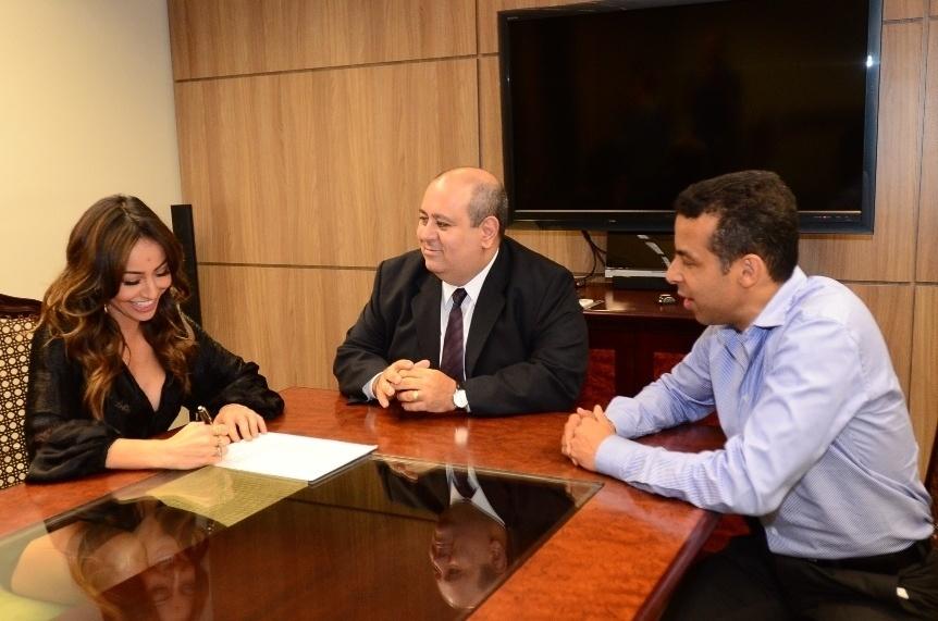 16.dez.2013 - Sabrina Sato, com o presidente da Record, Luiz Cláudio Costa, e Mafran Dutra, presidente do Comitê Artístico da emissora