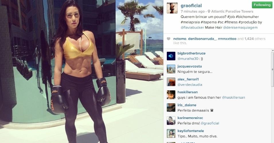 16.dez.2013- Com luvas de boxe, Gracyanne Barbosa exibe barriga de tanquinho em ensaio de moda fitness