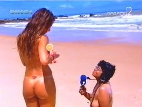 Ainda na Rede Tv!, Sabrina Sato se aventurou em uma praia de nudismo