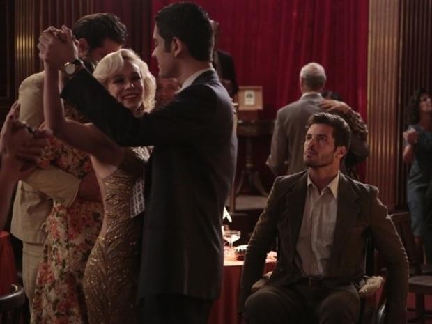 """Em """"Joia Rara"""", Aurora dança com Décio depois de Davi recusar convite"""