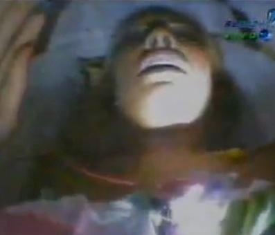 Em um dos momentos mais bizzaros do programa, Sabrina Sato tem a terrível experiência de ser enterrada viva