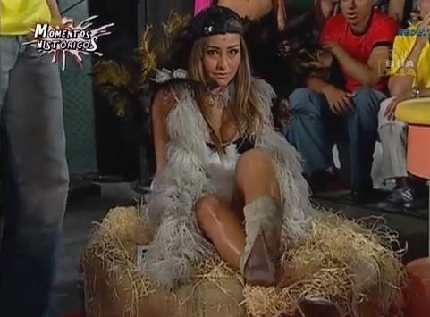Entre as inúmeras bizarrices do programa, Sabrina teve que chocar um ovo de um avestruz
