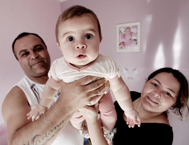 Mariquinha Gonçalves Vilar e o marido, Wiliam Ricardo Batista, com a filha deles, Mariana Vitória. O casal conseguiu fazer uma fertilização mais em conta graças a um programa da Faculdade de Medicina do ABC - Reinaldo Canato/UOL