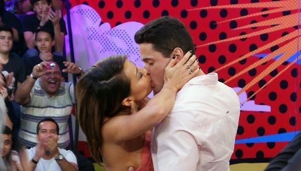 Sabrina Sato beija o estudante de medicina Denner Novais, que foi escolhido para ser seu namorado em um quadro criado no