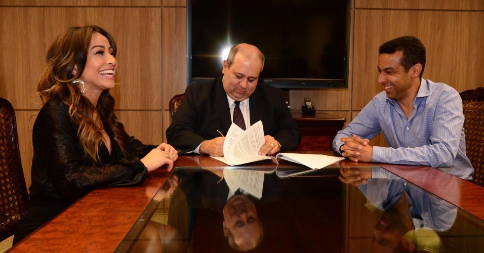 Sabrina Sato, com o presidente da Record, Luiz Cláudio Costa, e Mafran Dutra, presidente do Comitê Artístico da emissora