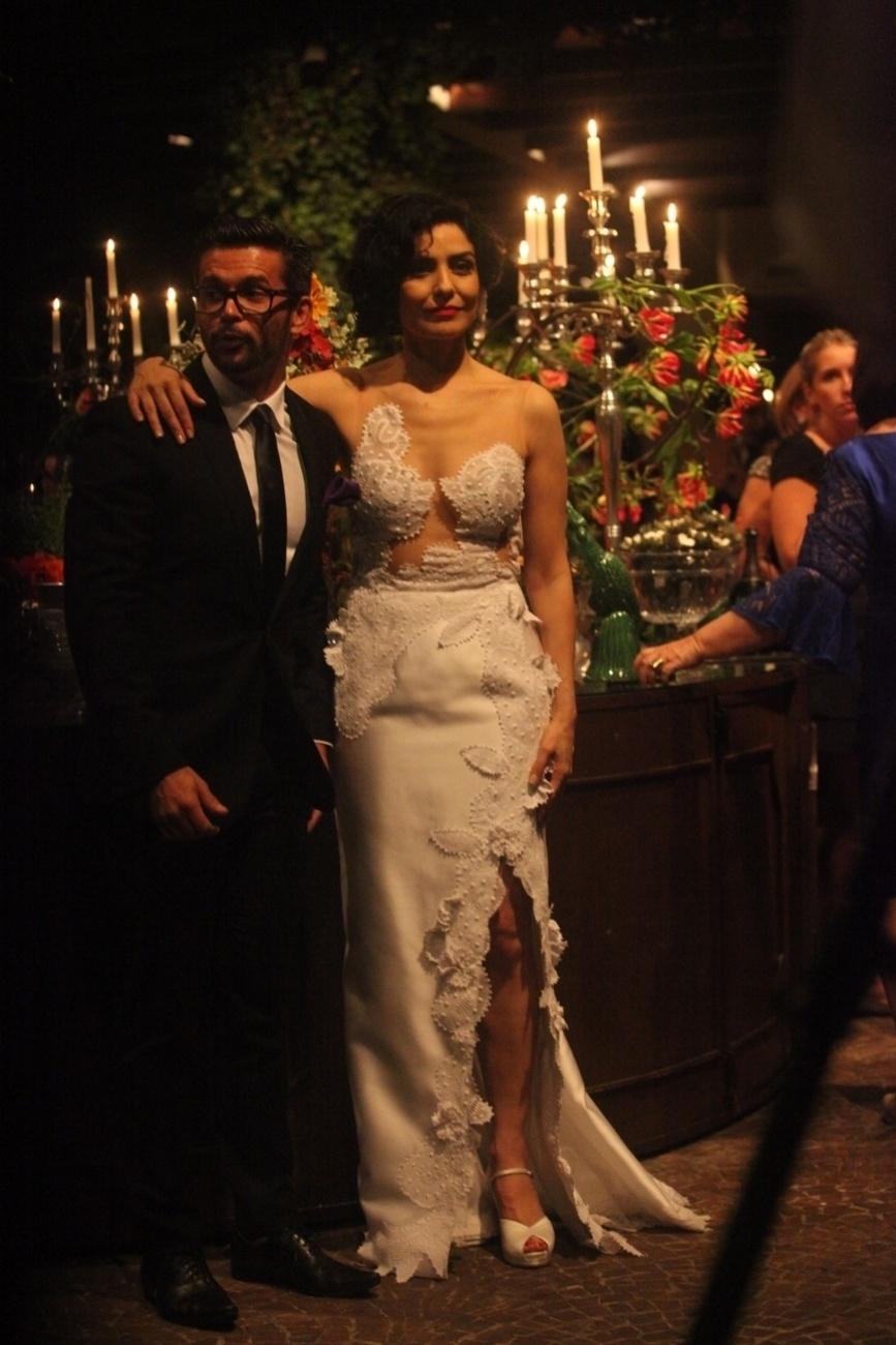 16.dez.2013 - A atriz Letícia Sabatella em seu casamento com Fernando Alves Pinto em São Paulo