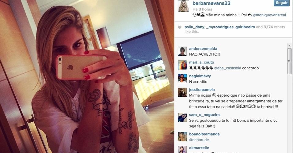 """17.dez.2013 - Barbara Evans tatua os braços em homenagem à mãe, Monique, e ao pai, o empresário José Clark. """"Mãe minha rainha !!! Pai"""", escreveu ela ao postar uma foto das tatuagens no Instagram. A modelo rebateu as críticas que recebeu pelos desenhos em seu Twitter. """"Sou diferente sim! Por isso sou Barbara Evans. Agarrei nas minhas tatuagens sem medo de morrer hahahaha. Apaixonada"""", disse"""