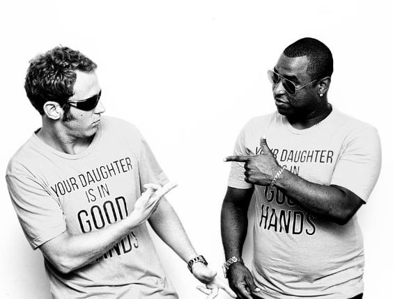 """2013- O ator Sergio Hondjakoff e Dino Boyer. Os dois são responsáveis pelo funk """"Basta Tocar o Tamborzão"""""""